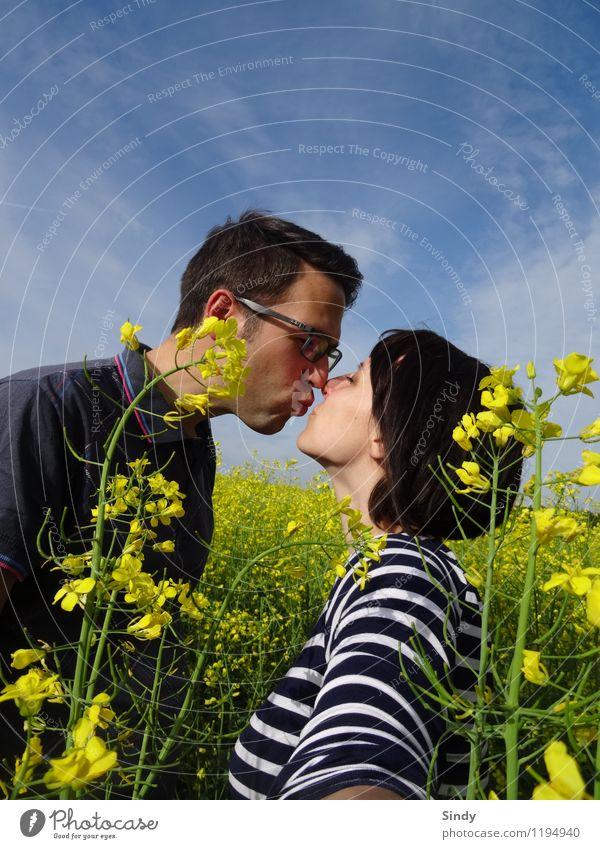 Verliebt im Rapsfeld Freude Glück Ausflug Freiheit Sonne maskulin feminin Paar 2 Mensch 18-30 Jahre Jugendliche Erwachsene Himmel Frühling Sommer Küssen