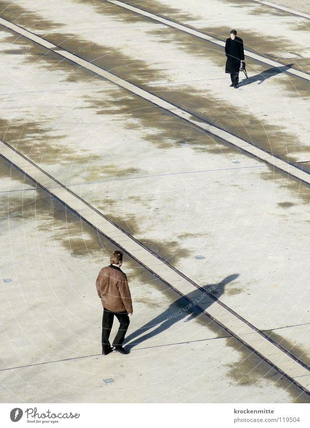 Alte Freunde Platz Überqueren gehen Turbinenplatz Richtung Duell Mittagspause begegnen trocknen Verkehrswege Schatten Linie Mensch laufen Einsamkeit Zürich