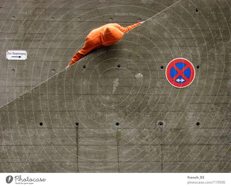 Check die Lage Mensch Mann blau Hand weiß schön rot Wand grau Mauer Beine Linie orange Deutschland Arme warten