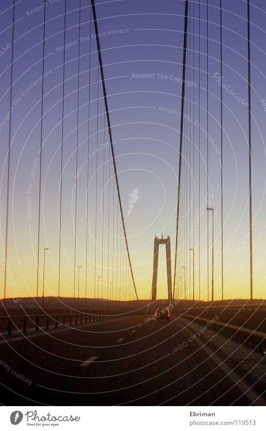 Höga Kusten Bron 2 Brückenpfeiler Hängebrücke unterwegs Sonnenuntergang Laterne Leitplanke weiß Rücklicht Nachmittag Winter Ferne Horizont dunkel hell