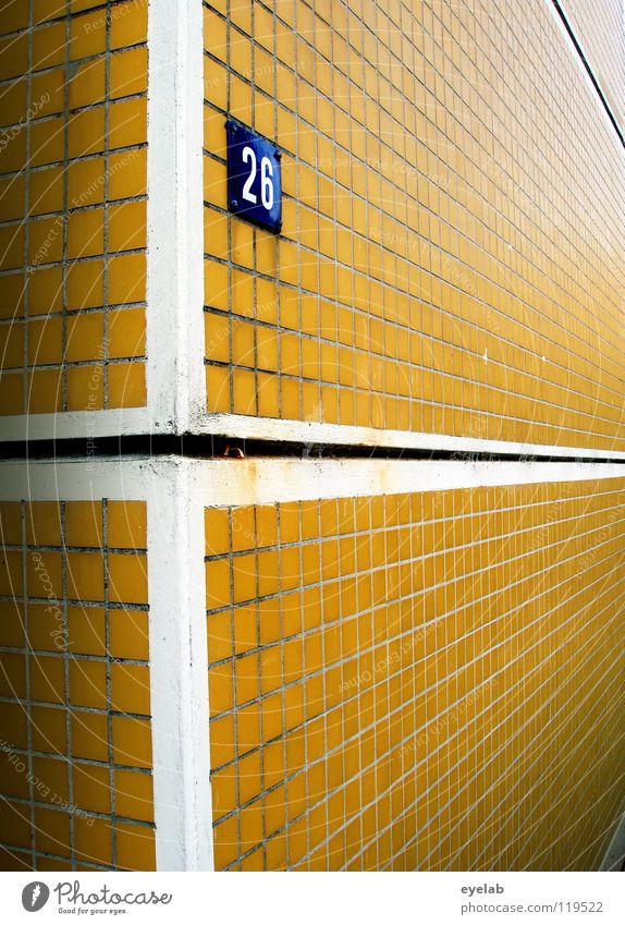 Uninformativer Funktionalismus 5 weiß gelb Siebziger Jahre Sechziger Jahre retro Haus Gebäude Wohnung sozial Plattenbau Hochhaus Eingang Wand Ziffern & Zahlen