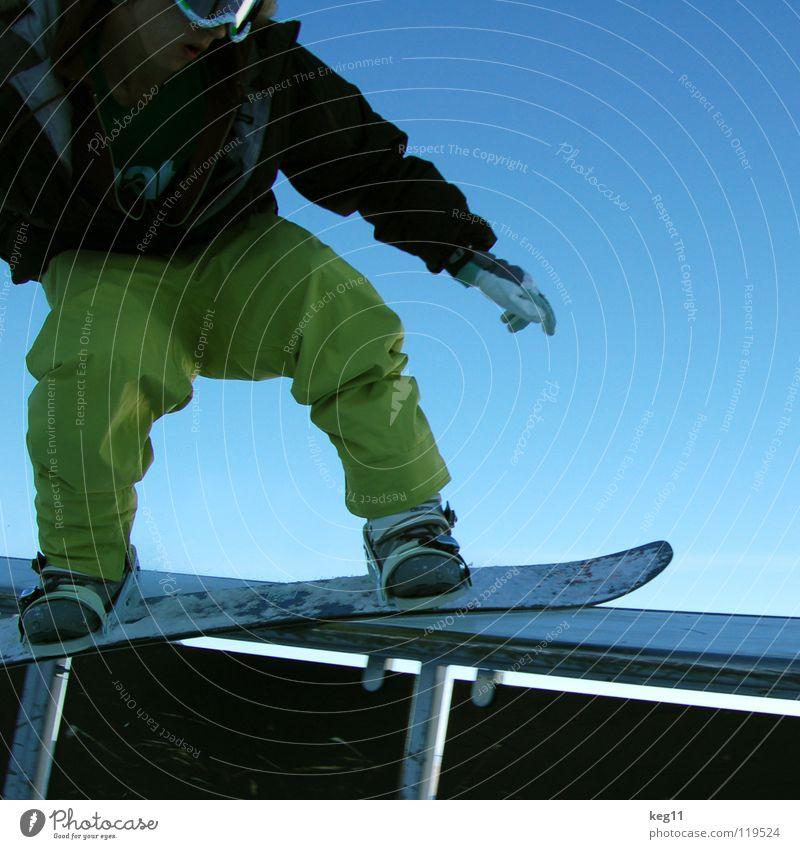 schlopfdi wopf über die box Himmel Ferien & Urlaub & Reisen blau Freude Winter Schnee Sport Freiheit springen Fitness Geländer Körperhaltung Barriere Mut Blauer Himmel Snowboard