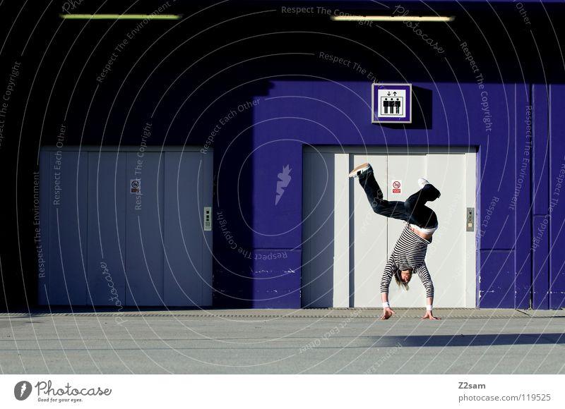 Balanced Mensch Mann Jugendliche blau Hand Spielen Bewegung Stil Beine Zufriedenheit Tanzen Schilder & Markierungen maskulin Beton modern stehen