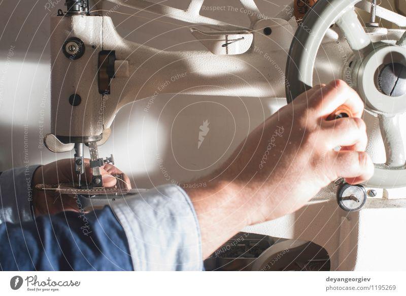 Leder nähen Haut Arbeit & Erwerbstätigkeit Fabrik Industrie Handwerk Werkzeug Mensch Frau Erwachsene Bekleidung Schuhe machen Tradition Nähen Tasche Maschine