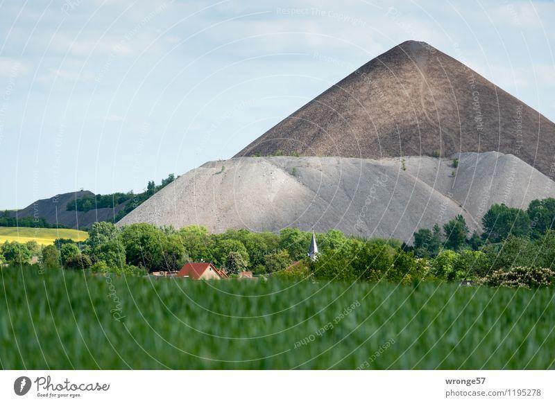 Häuser und Kirche von Volkstedt vor den Abraumhalden des Bergbaus im Mansfelder Revier Halde Sachsen-Anhalt Deutschland Europa Dorf Haus Dach Kirchturm