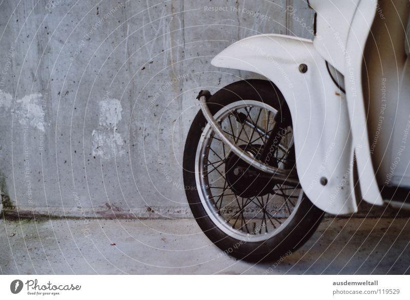 Rad dran ist besser als Rad ab weiß Wand grau Beton Industrie fahren Bodenbelag analog Burg oder Schloss Fahrzeug Kleinmotorrad Scan