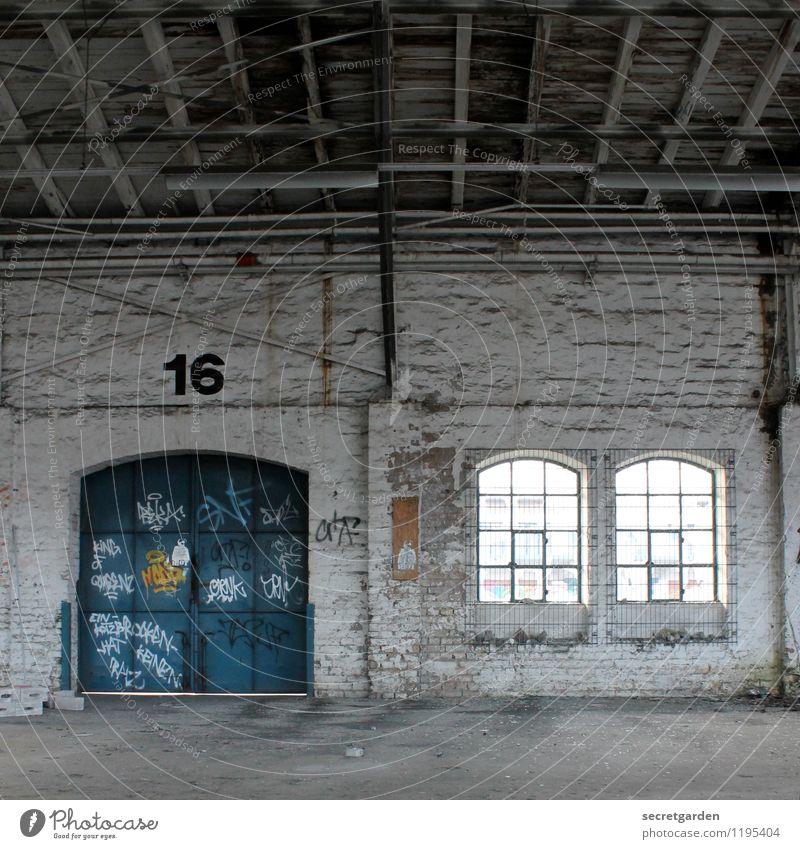 türchen nummer 16 nehmen. alt blau weiß Einsamkeit dunkel Fenster Wand Architektur Graffiti Gebäude Mauer Tür geschlossen Industrie retro Ziffern & Zahlen