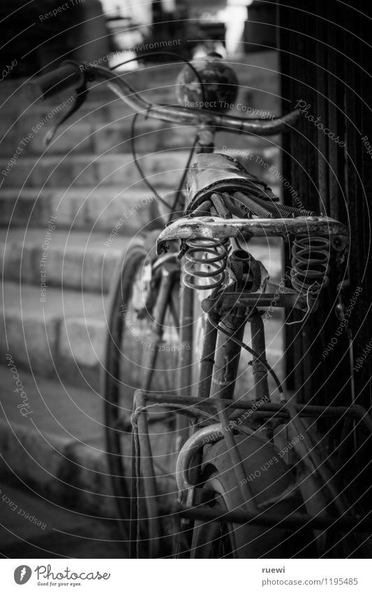 nie wieder | ohne Sattel (1) Stil Freizeit & Hobby Fahrradtour Reparatur Technik & Technologie Stadt Treppe Verkehr Verkehrsmittel Personenverkehr Fahrradfahren