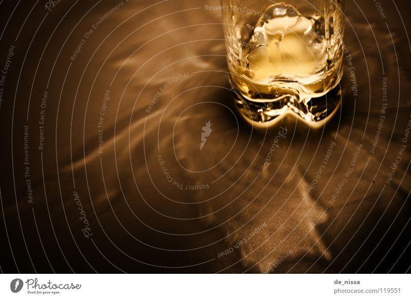 Glas2 Nacht dunkel nah leer gelb schwarz Licht Küche hell Wasser Durst light dark Innenaufnahme