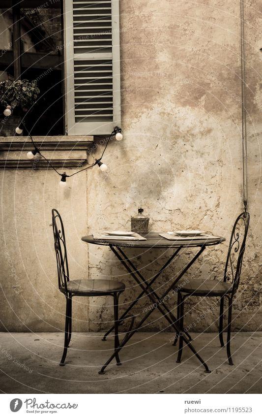 Tisch für zwei alt Erholung Fenster Wand Innenarchitektur Essen Lifestyle Mauer Feste & Feiern Stein braun Fassade Metall Wohnung Häusliches Leben Dekoration & Verzierung