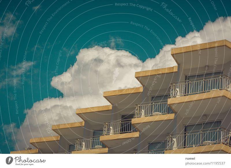 Wolkenkuckucksheim Himmel Ferien & Urlaub & Reisen Stadt blau Sommer Frühling Architektur braun Fassade Wohnung trist Hochhaus Aussicht Beton Schönes Wetter