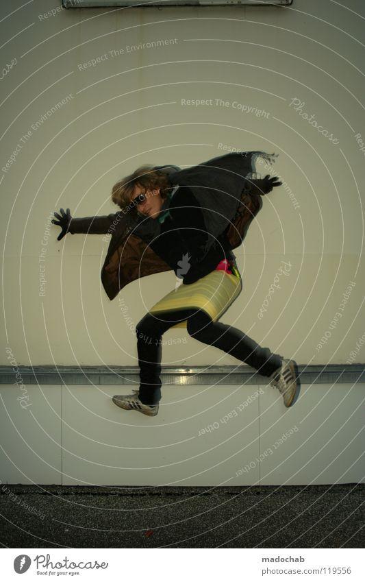 Portrait Mann Mensch maskulin hüpfen springen Mauer Wand Freestyle retro Neonlicht Gesundheit fliegend Lifestyle Bekleidung Flugbahn Hochsprung Bewegung lustig