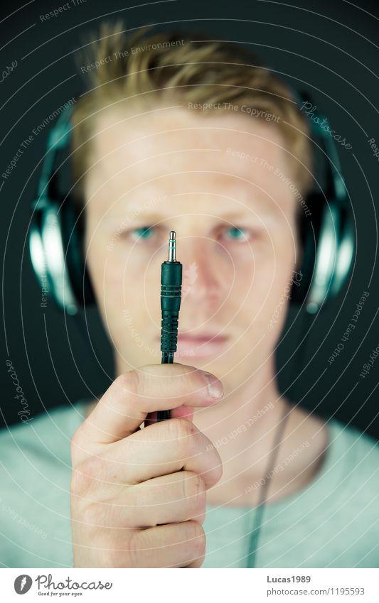 einstecken Mensch maskulin Junger Mann Jugendliche Erwachsene 1 18-30 Jahre Musik Musik hören Sänger Musiker Compact Disc Kopfhörer Stecker Stahlkabel