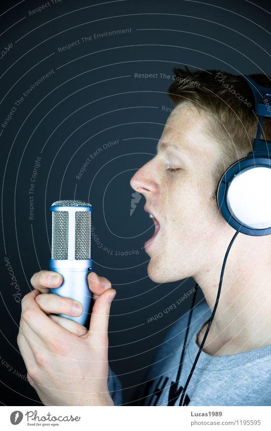 Sing, Sing, Sing Mensch Jugendliche Mann Junger Mann 18-30 Jahre Erwachsene maskulin Musik verrückt Kommunizieren schreien Kopfhörer Mikrofon singen Musiker