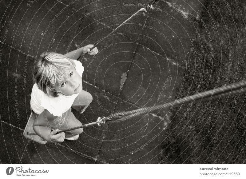 les avions en papier Schaukel unschuldig Mädchen schwarz weiß Kind Spielen Schwarzweißfoto Blick