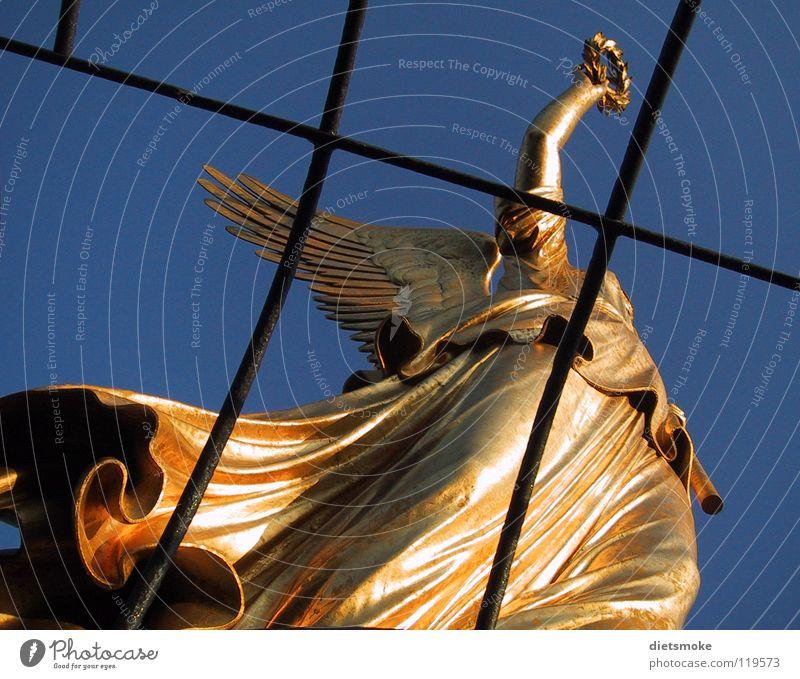 Goldelse Himmel Stadt Hauptstadt Stadtzentrum Bauwerk Architektur Sehenswürdigkeit Wahrzeichen Denkmal Metall Stahl alt ästhetisch elegant Erfolg groß blau