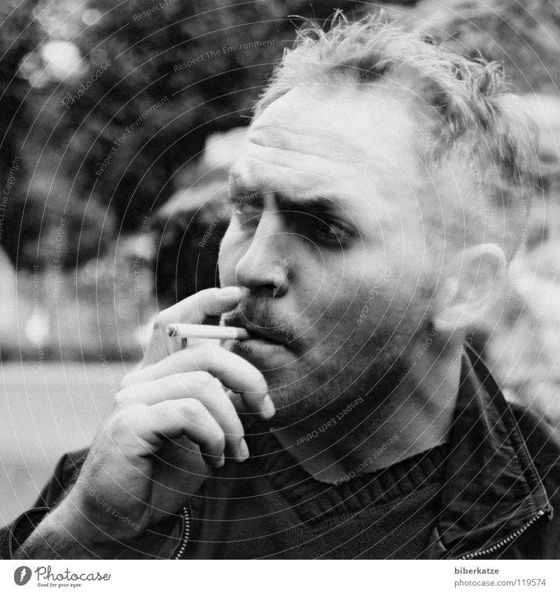 Durchgemacht Rauchen Zigarette Mann Nikotin Coolness Macho Hand Porträt Finger Bart maskulin lecker Sommer brennen Verbote Rauchen verboten Gefühle Pause
