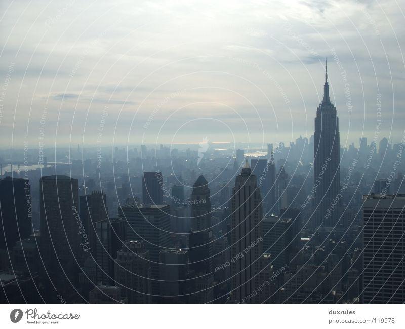 Empire State im Nebel Stadt Wolken Hochhaus USA Amerika New York City Hauptstadt Empire State Building
