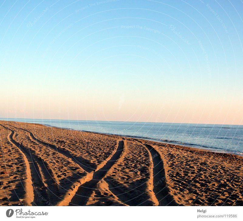 Reifenspuren im Sand  am Strand in der Abendsonne Spuren Traktorspur Küste Meer See Meerwasser Wellen Brandung Sonne Horizont Kieselsteine