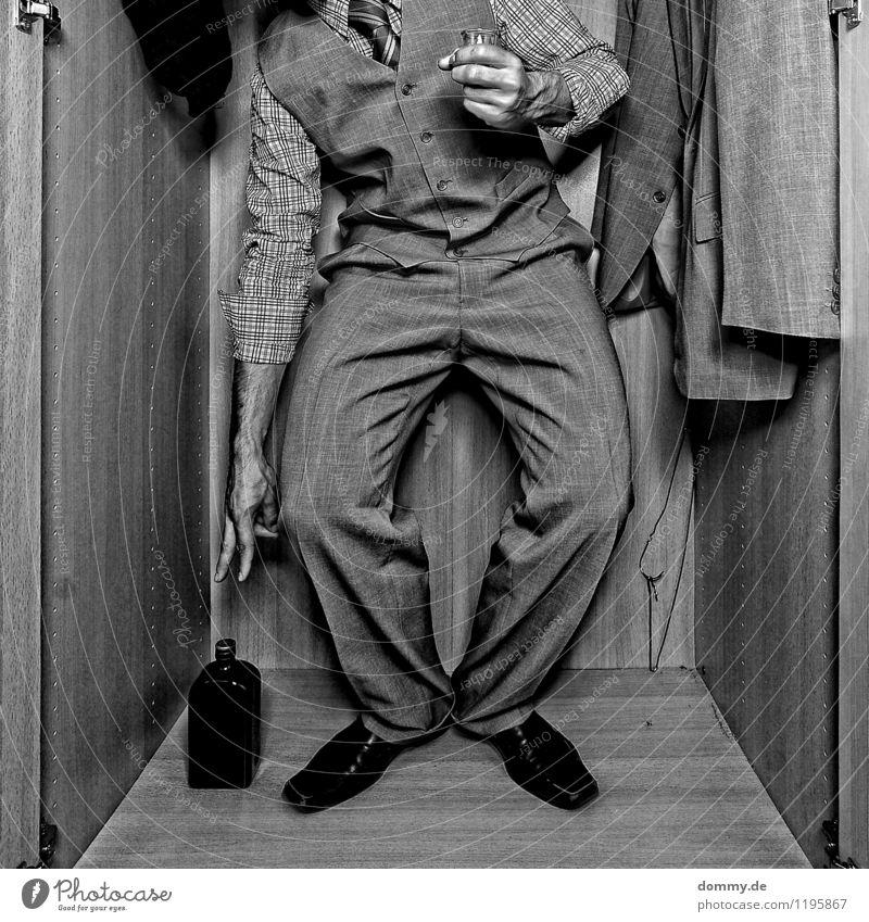 1 ZKB Getränk Alkohol Spirituosen maskulin Mann Erwachsene Arme Hand Finger Bauch Beine Mensch 18-30 Jahre Jugendliche Bekleidung Anzug Stoff Schuhe atmen
