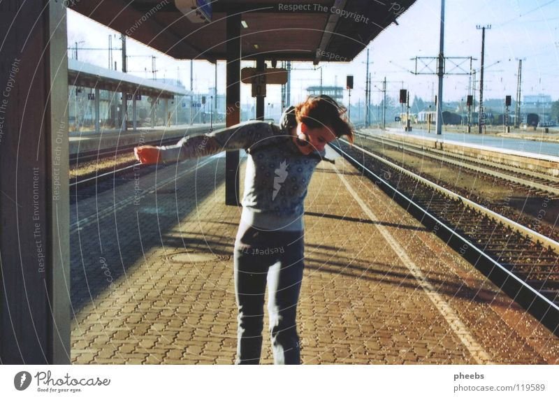 friede, freude, bahnhof.. Frau Gleise Bahnsteig Licht Wiese springen hüpfen Freude Bahnhof Schilder & Markierungen Schatten Erde Himmel Pflastersteine Passagier