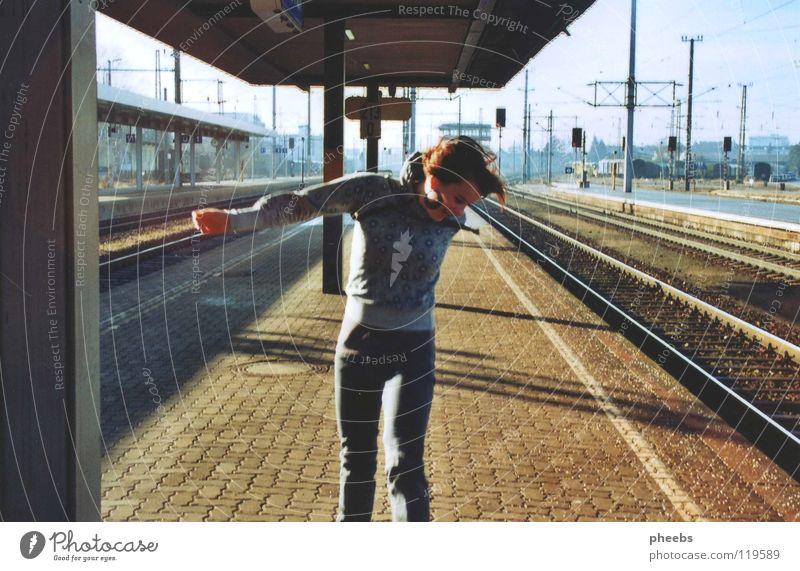 friede, freude, bahnhof.. Frau Himmel Freude Wiese springen Schilder & Markierungen Erde Gleise Bahnhof hüpfen Pflastersteine Passagier Bahnsteig