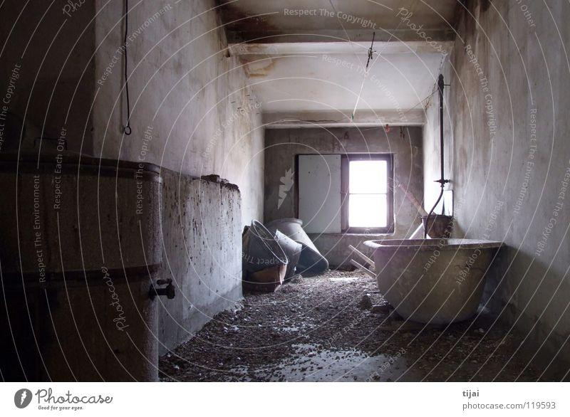 Einzelzimmer mit Bad Dachboden Badewanne Fenster trist verfallen Taubenscheisse Schimmelpilze dreckig