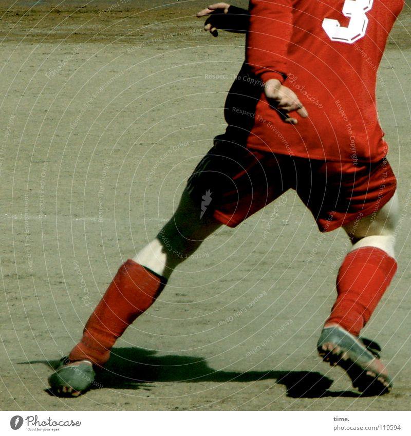Abseitsfalle Fußballer Trikot kürzen Schienbein Fußballschuhe Wade Platz Fußballplatz 3 Knie diagonal Drehung Hand Täuschung Kampfsport verlieren Staub