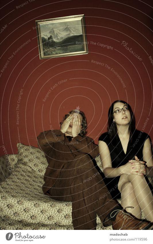 DANEBEN, SCHIEF & ZUENDE Mensch Frau Mann rot Gesicht Erholung Leben Wand Gefühle Wärme Haare & Frisuren Glück Mauer Traurigkeit Stil Denken