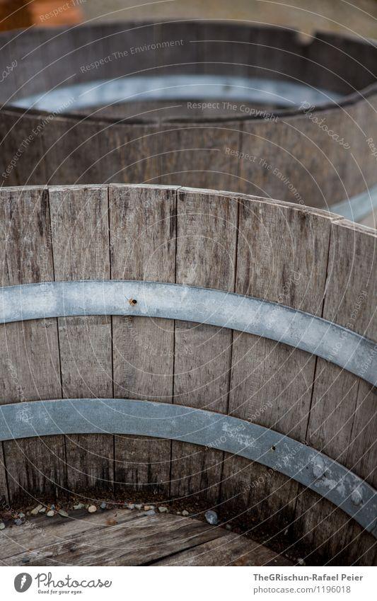 Fass(ungslos) Holz braun schwarz silber Behälter u. Gefäße Kreis Holzbrett aufbewahren Verlauf Metallring 2 Schwache Tiefenschärfe Farbfoto Außenaufnahme