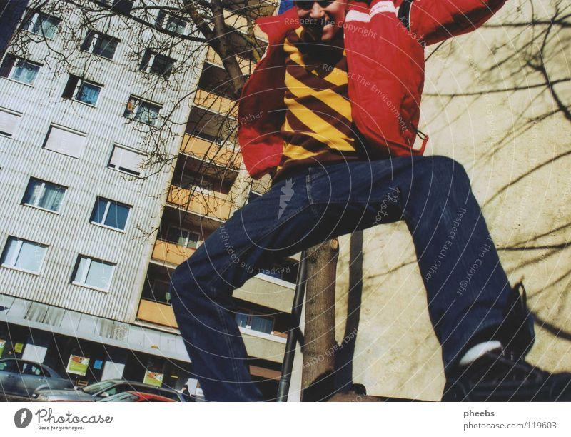 alles gute kommt von oben. Baum Freude Haus gelb Straße Gefühle springen Fenster PKW Park Luft Schuhe Wohnung Hochhaus Jeanshose Hose