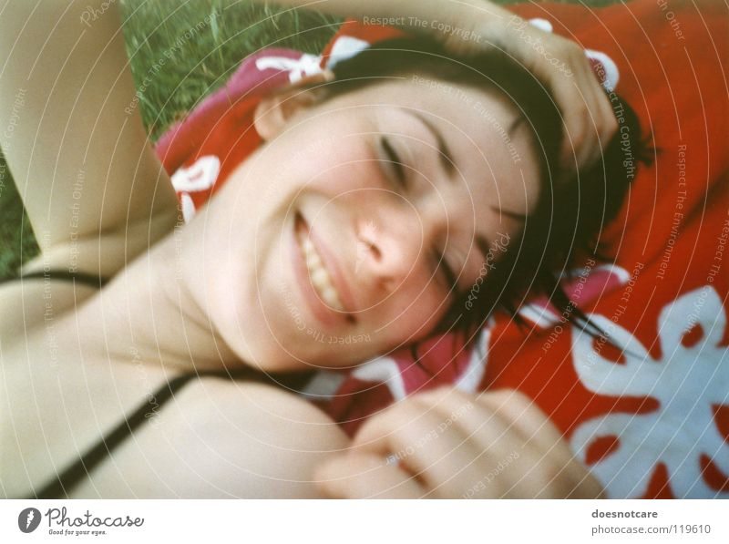 Sunfeel. Frau Mensch Jugendliche Sommer Freude Erholung feminin lachen Erwachsene analog Sonnenbad Lächeln Handtuch Sommerurlaub Junge Frau