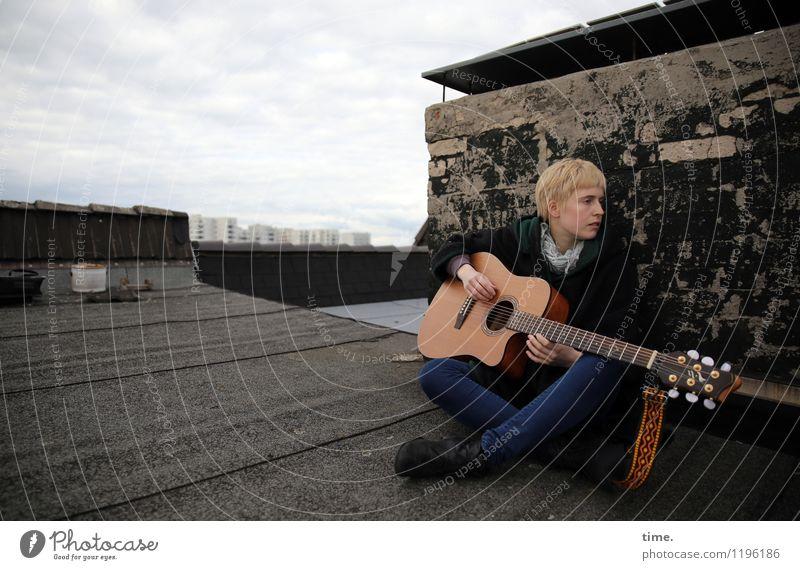 Roof Groove I Freiheit Musik feminin Junge Frau Jugendliche 1 Mensch Musiker Gitarre Himmel Wolken Horizont Skyline Haus Hochhaus Dach Schornstein Jeanshose