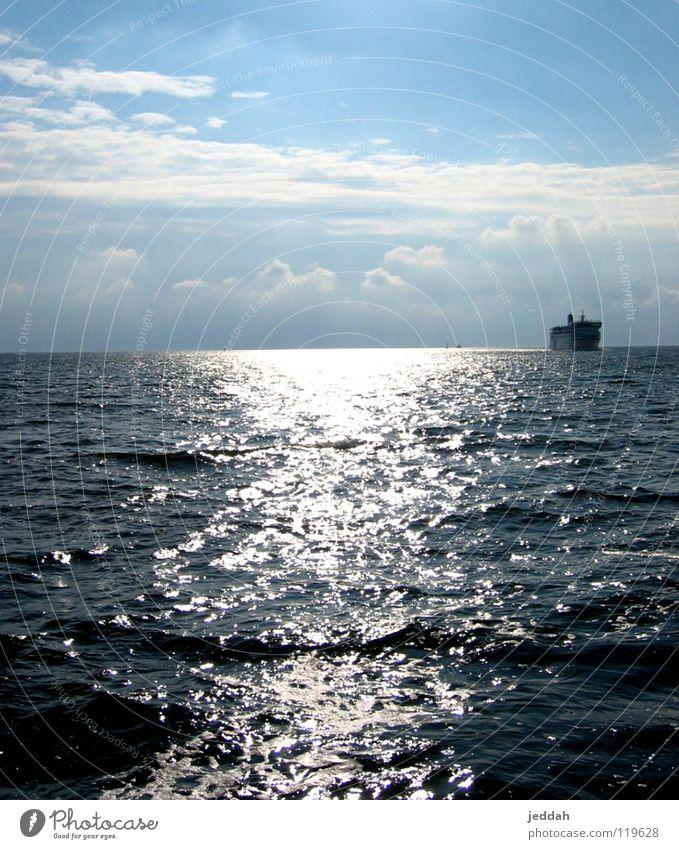 wasserglanz Wasseroberfläche Meer Sonne Horizont Wellen Wasserfahrzeug Hoffnung Schifffahrt Sommer Aussicht blau Himmel Perspektive warten
