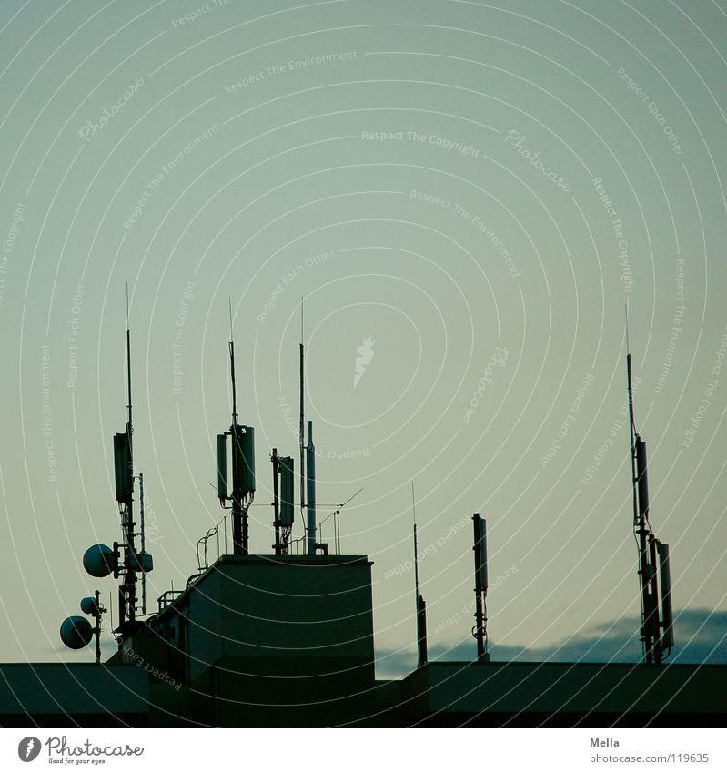 kommunikativ Antenne Telefonmast Haus Hochhaus Dach Flachdach Funktechnik hässlich Richtfunk mehrere Anhäufung Wellen Funkwellen Plattenbau Wohnsiedlung Ghetto