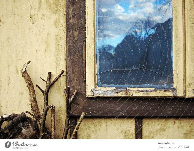 Einschussloch Himmel alt Einsamkeit Fenster Holz springen trist Vergänglichkeit Ast Vergangenheit Loch Schuss Fensterrahmen
