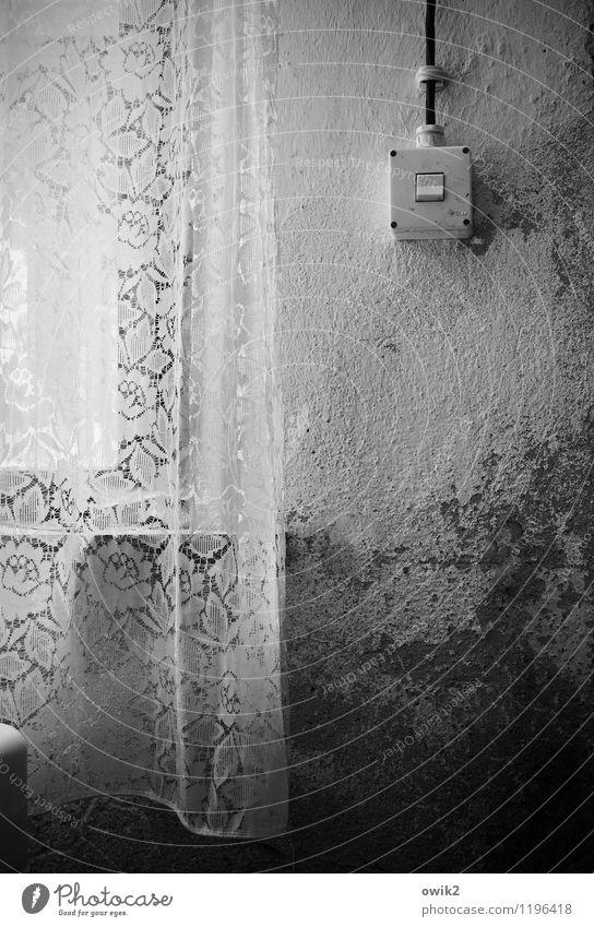 Waschküche Lichtschalter Mauer Wand Fenster Gardine Schaden Zahn der Zeit lost places Schwarzweißfoto Innenaufnahme Menschenleer Textfreiraum links