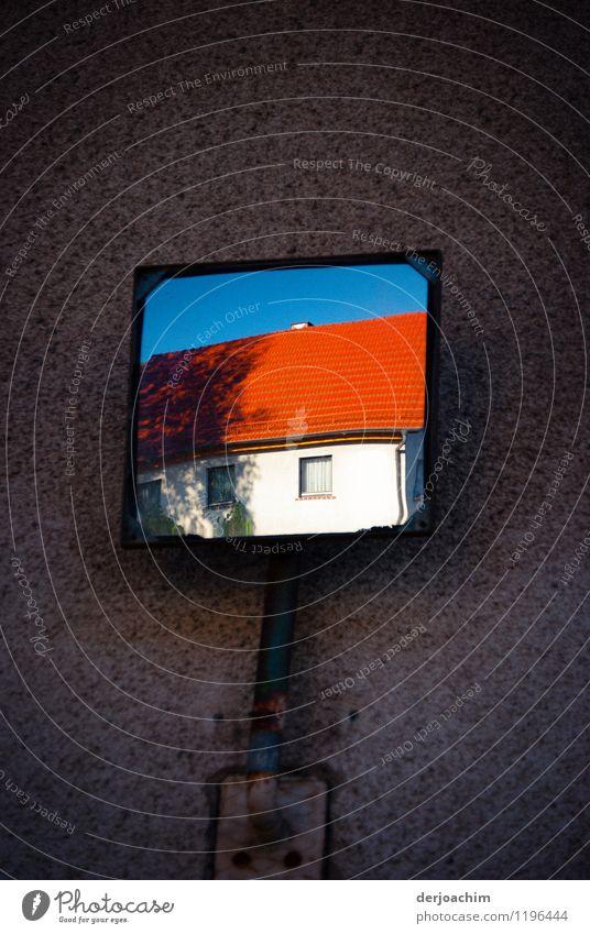 Hofausfahrt mit Sicht Spiegel. Auf dunklem Hintergrund ist das weiße Haus mit den roten Dachziegel gut zu erkennen. Freude ruhig Spiegelbild Ausflug Sommer