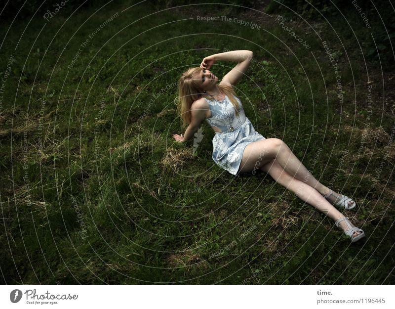 . feminin Frau Erwachsene 1 Mensch Kleid Schuhe blond langhaarig Erholung genießen sitzen schön Freizeit & Hobby Nostalgie Pause Ferne Zeit Zufriedenheit