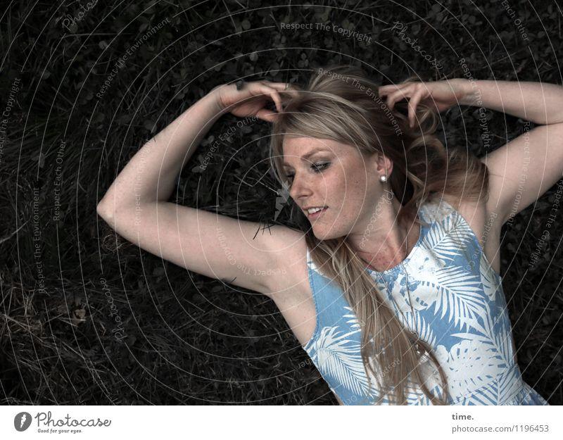 . feminin Frau Erwachsene 1 Mensch Wiese Kleid blond langhaarig Lächeln lachen liegen schön Freude Glück Fröhlichkeit Zufriedenheit Lebensfreude ruhig Erholung
