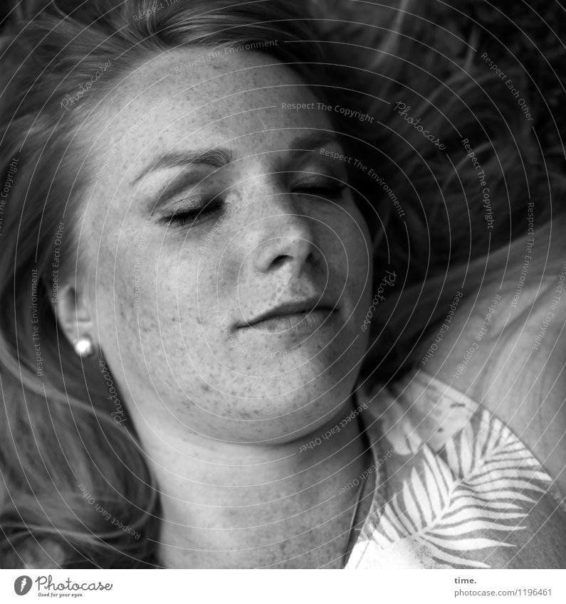 . feminin Frau Erwachsene 1 Mensch Kleid Sommersprossen blond langhaarig liegen schlafen schön ästhetisch Zufriedenheit Erholung Gefühle Gesundheit Pause ruhig