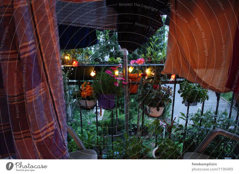 dunkler_bunter_abend Einsamkeit ruhig Stimmung Idylle Lebensfreude Romantik Pause Sehnsucht Balkon Nostalgie Wäsche Feierabend Lichterkette Balkonpflanze