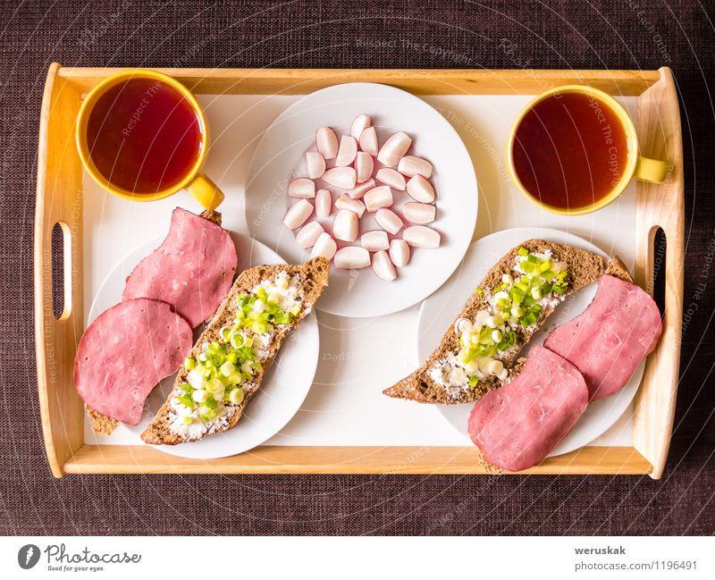 Hausgemachtes Frühstück: Brot mit Schinken, Zwiebeln, Radieschen Lebensmittel Wurstwaren Gemüse Ernährung Heißgetränk Tee Teller Becher Gesunde Ernährung Tisch