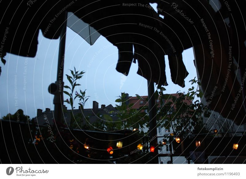 dunkler abend_2 Stadt Einsamkeit Haus dunkel Leben Traurigkeit Stimmung Häusliches Leben Idylle Balkon Nostalgie Wäscheleine Lichterkette