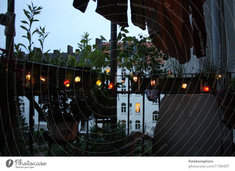 dunkler abend_1 Stadt Balkon Lichterkette dunkel exotisch kalt Romantik ruhig Hoffnung Traurigkeit Einsamkeit leben auf dem balkon Abenddämmerung Außenaufnahme
