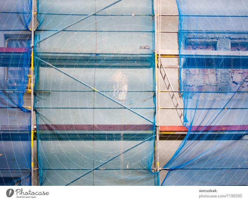 Leiter auf einer Baustelle Haus Stadt Industrieanlage Fabrik Bauwerk Gebäude Architektur Fassade Metall bauen authentisch blau grau Konstruktion Standort leer