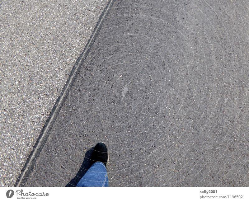 ein erster Schritt... Mensch Beine Fuß 1 Verkehrswege Straße Jeanshose Stiefel gehen rennen grau Willensstärke Einsamkeit Beginn Bewegung Entschlossenheit