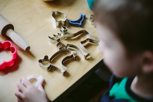 Preparing for christmas Mensch Kind Weihnachten & Advent Kindheit Ernährung Küche Sammlung Vorfreude machen wählen Plätzchen Bär Weihnachtsgebäck Glocke
