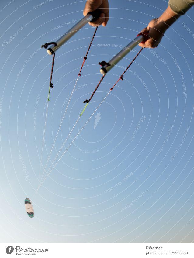 Kite Mensch Himmel Ferien & Urlaub & Reisen Jugendliche blau Sommer Hand Junger Mann Freude Erwachsene Freiheit fliegen Lifestyle maskulin Zufriedenheit Freizeit & Hobby