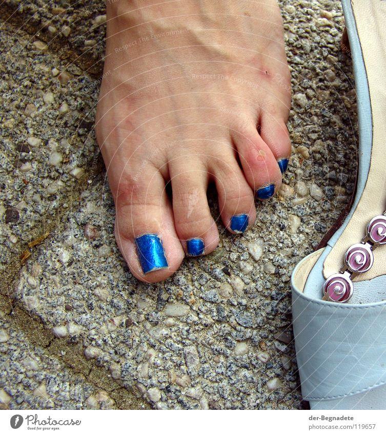 So weit die Füße tragen Frau blau Traurigkeit Fuß Feste & Feiern Schuhe laufen elegant Haut Beton Elektrizität Ende Wut Schmerz türkis Kosmetik